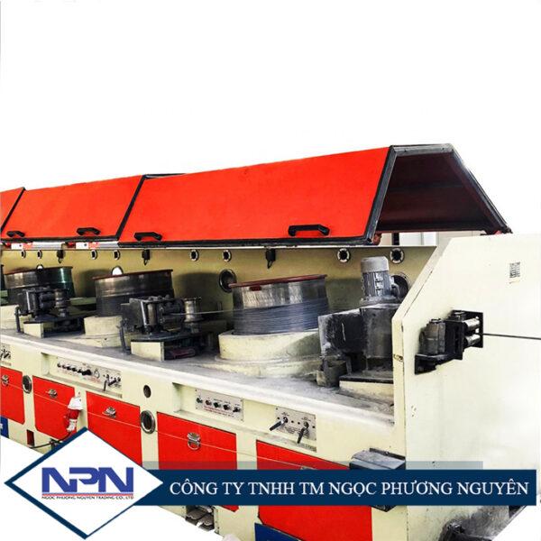 Mô tả Máy rút dây thép liên hoàn LZ11/550 Hình thức : Vật liệu là thép ZG45, bề mặt được hàn phủ, độ dày> 5mm, độ nhám bề mặt nhỏ hơn Ra0.8, độ cứng HRC lớn hơn 55, phần bên trong bằng quá trình phun ăn mòn ZnAl. Tuổi thọ hiệu quả là hơn 22000 giờ. (1) Hộp khuôn bao gồm hộp nước làm mát và hộp bôi trơn ( 2 ) Kích thước khuôn: Người mua cung cấp (3) Phần đầu vào của hộp khuôn có thiết bị trộn tự động, có thể đặt khoảng thời gian (4) Cân bằng của con lăn quay là sử dụng xi lanh khí nén, phát hiện dịch chuyển góc là sử dụng loại cảm biến không tiếp xúc. (5) Các lỗ hút bụi được cung cấp phía trước mỗi hộp khuôn cũng như đường ống lấy bụi ở phía sau máy. Hệ thống làm mát: Sử dụng nguồn cấp nước làm mát riêng biệt với thiết kế áp lực nước thấp và lưu lượng lớn, hiệu quả làm mát ổn định. lưu lượng một lần: 0,45L / s; áp suất: 80-120kPa; phương pháp làm mát hộp khuôn cho dòng chảy một lần: 0,2L / s; áp suất: 80-120kPa. Thông số kỹ thuật Máy rút dây thép liên hoàn LZ11/550 Máy rút dây thép liên hoàn LZ11/550 Đường kính 550mm Số Capstan 11 Đường kính dây đầu vào Φ8,0mm Đường kính đầu ra dây Φ2,0mm-Φ6,0mm Sức căng ≤600mpa Tổng khả năng nén 90,53% Khả năng nén trung bình 25,52% Tối đa Tốc độ 12 m / s Công suất 22 KW * 11 (động cơ chuyển đổi tần số) + 22KW * 11 (biến tần) Kích thước khuôn Φ40mm × 25 Loại khối Dọc, nghiêng Dây tiếp nhận Hệ thống tự động Hộp khuôn Hộp khuôn bao gồm máy trộn và nước làm mát (4 bộ) Khuôn Thép đúc ZG45, phủ bề mặt và phun cacbua vonfram, HRC60. Độ nhám bề mặt nhỏ hơn 0,8mm. Làm mát hộp khuôn Khuôn được làm mát bằng nước trực tiếp đầu vào và đầu ra nước, hiệu quả làm mát rất tốt. Khung căng Khung căng bên trong. Khung chính Hàn thép tấm và ống vuông. Phanh Phanh khí nén Thiết kế hút chân không Dự trữ lỗ hút Chiếu sáng Đèn được thiết kế từng khu riêng biệt PLC Siemens Màn hình cảm ứng Siemens Video Máy rút dây thép liên hoàn LZ11/550 Hình ảnh Máy rút dây thép liên hoàn LZ11/550 Máy rút dây thép liên hoàn LZ11/550 Máy rút dây thép liên hoàn LZ11/550 Máy